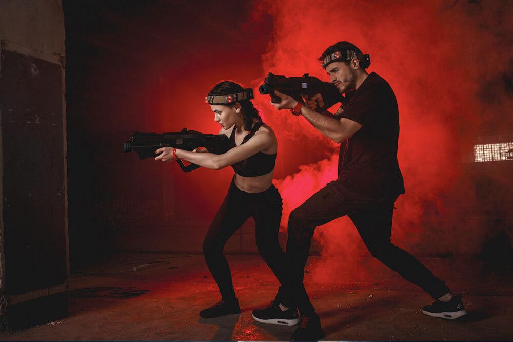 Mand og kvinde spiller lasergame