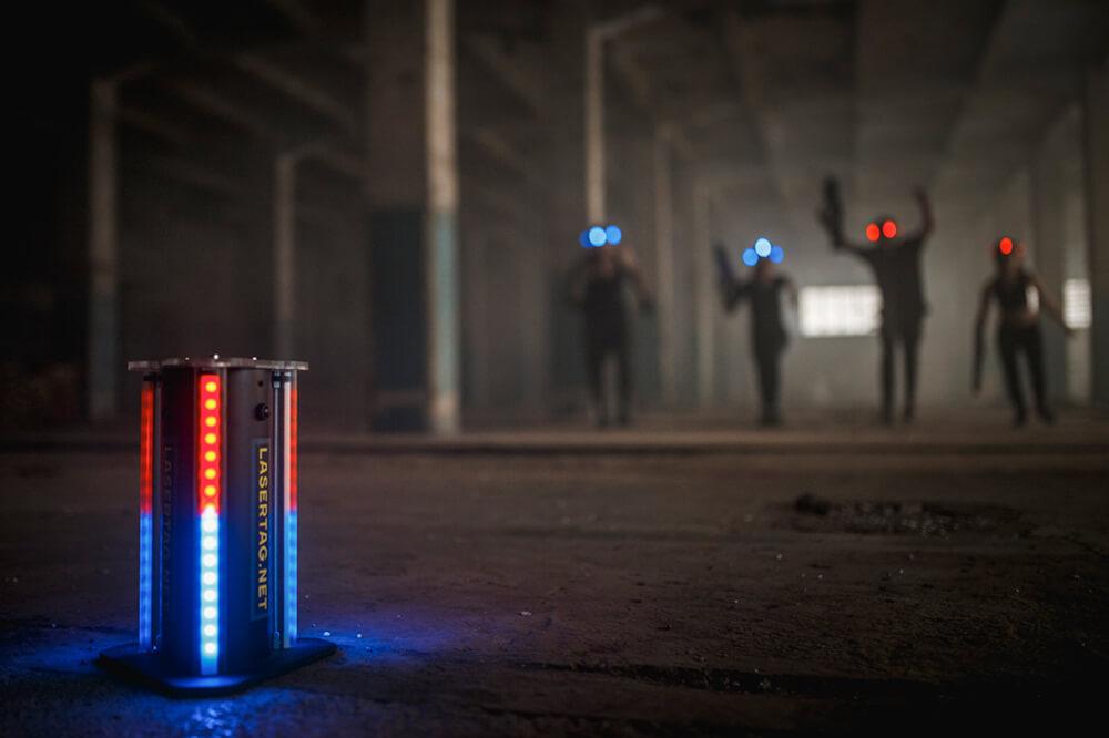 lasergame spilles i indendørs hal