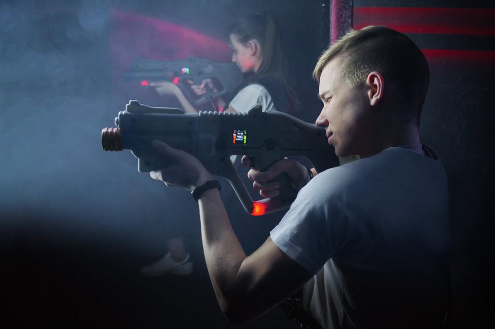 Dreng og pige sigter med lasergame våben